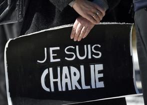 Una dona porta un cartell de suport a la revista 'Charlie Hebdo' durant un dels múltiples homenatges que es van celebrar per tot el món l'endemà de l'atemptat a París del dia 7.