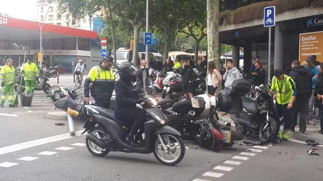 Una furgoneta arrolla a 12 motos aparcadas en Barcelona.