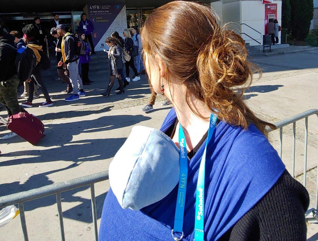 Una madre que no pudo acceder al Mobile World Congress con su bebé.