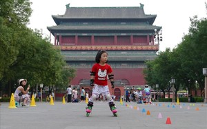 Una niña patina en Pekín.