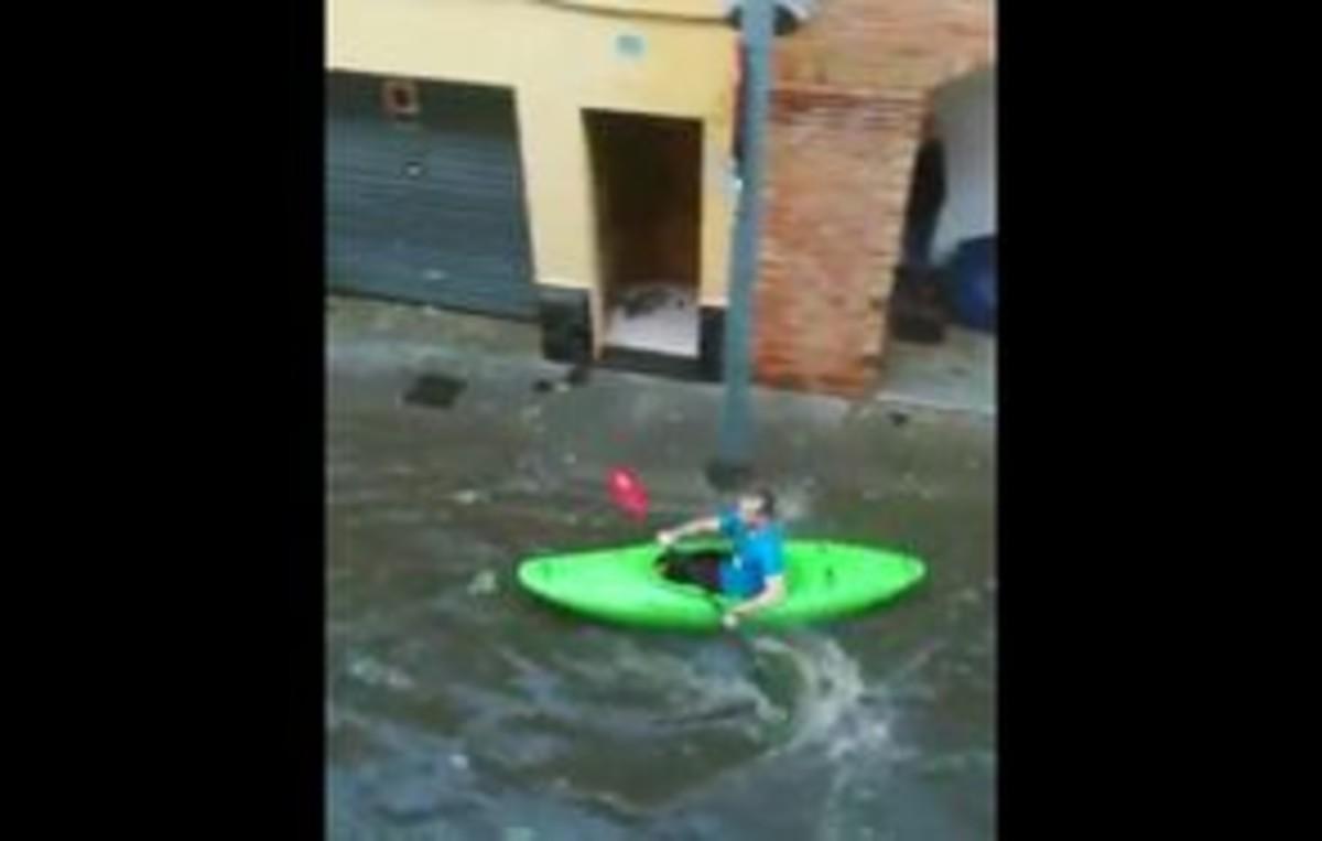 Una persona navega con su piragüa por una calle de Salt