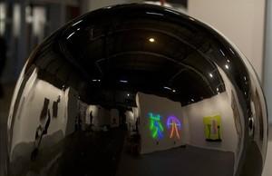 Una pieza del artista Not Vital en la que se refleja todo lo que pasa a su alrededor.