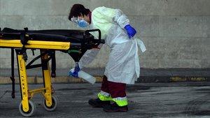Una sanitaria desinfecta una camilla en el Hospital Doce de Octubre de Madrid, este miércoles.