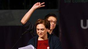 La alcaldesa de Barcelona, Ada Colau, y el líder de Más Madrid, Íñigo Errejón, en un mitin de Podemos en las elecciones generales del 2015