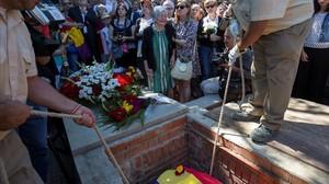 El entierro de Timoteo Mendieta, represaliado por el franquismo, después de la exhumación de su cuerpo de una fosa común.