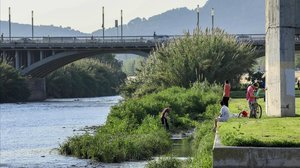 Un estudi calcula que el Llobregat i el Besòs aboquen al mar mitja tona de plàstic a l'any