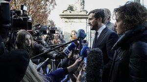 Pablo Casado atiende a los medios de comunicación este jueves en Bruselas, donde ha participado en una reunión del Partido Popular Europeo.