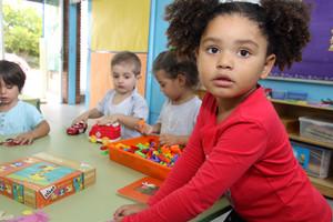 Unos niños juegan en clase.