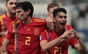 Marc Roca, junto a Vallejo, celebra su gol ante Francia de este jueves.