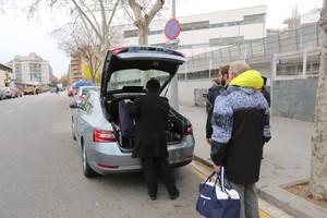 Un vehículo de Uber carga pasajeros frente a la Estació del Nord, de Barcelona.
