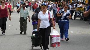 Venezolanos llevan comestibles por el puente Simón Bolívar, desde Cucuta (Colombia, de regreso a San Antonio de Tachira (Venezuela), el 17 de julio.
