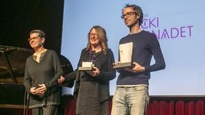 Vicki Bernadet (i) con los premiados en una gala de la fundación,Chelo Alvarez-Stehle y James Rhodes, en una imagen de archivo.