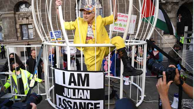 Vivienne Westwood, engabiada com un canari per demanar la llibertat d'Assange