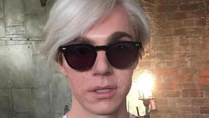 El actor Evan Peters, caracterizado como Andy Warhol en la serie American Horror Story:Cult.