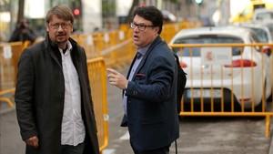 Xavier Domènech acompaña a Joan Josep Nuet al Tribunal Supremo, este lunes.