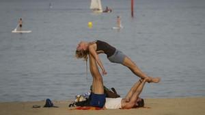Acroyoga en las playas de Barcelona.