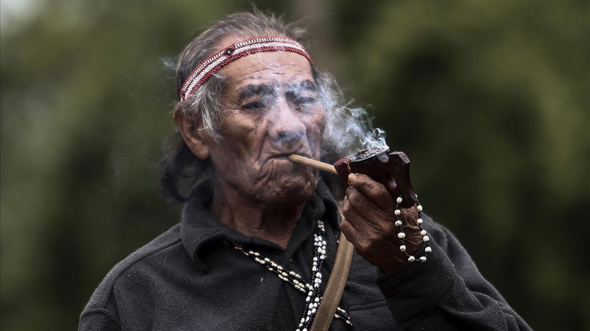 Hombre indígena fumando su pipa en Pico de Jaragua, en la reserva natural de Sao Paulo, Brasil.