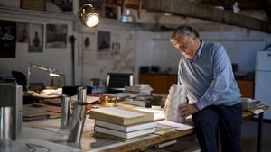 El escultor Xavier Medina-Campeny, en su estudio de Palo Alto.