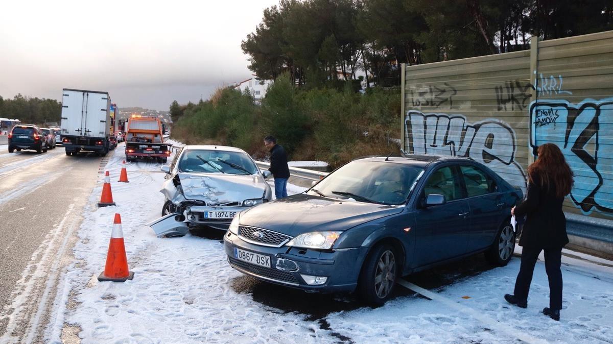 Varios coches en la AP-7 afectados por el temporal de granizo de este lunes