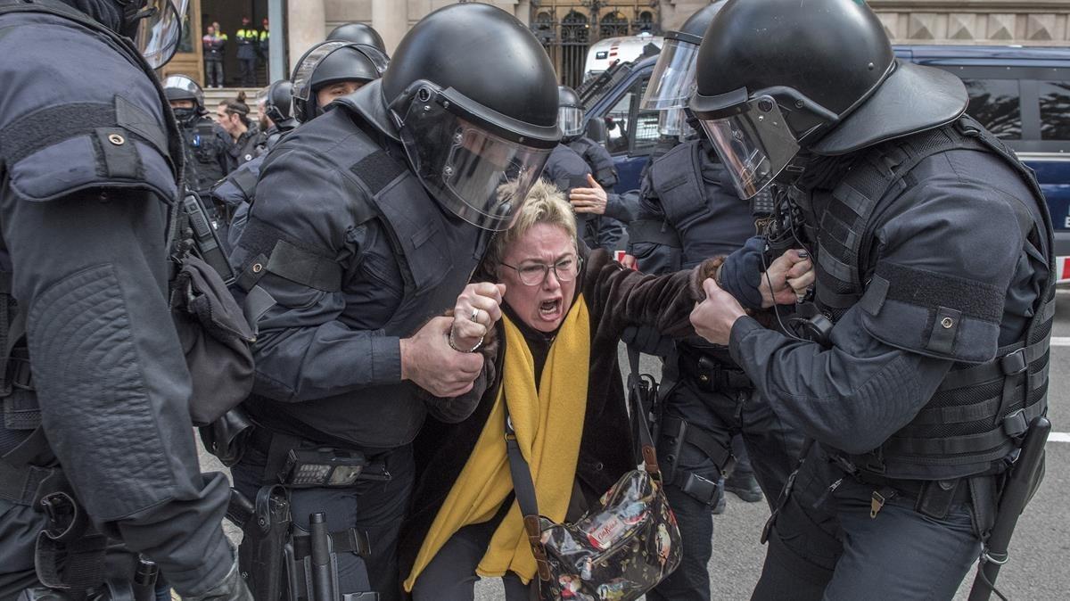 Catorze detinguts en el desallotjament de manifestants que han bloquejat la porta del TSJC