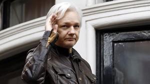Assange, en el balcón de la embajada ecuatoriana en Londres.