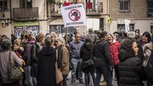 Vecinos y comerciantes del Gòtic se concentran en la plaza dels Traginers contra el narcotráfico y la especulación.