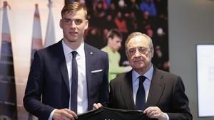 Andriy Lunin y Florentino Pérez, en el Bernabéu.