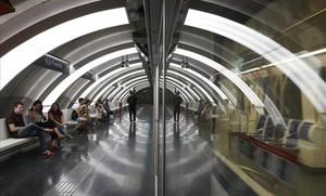 El passeig de la Zona Franca estrena dues parades de metro