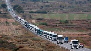 Marcha lenta de camiones en la N-240 a su paso por Lleida.