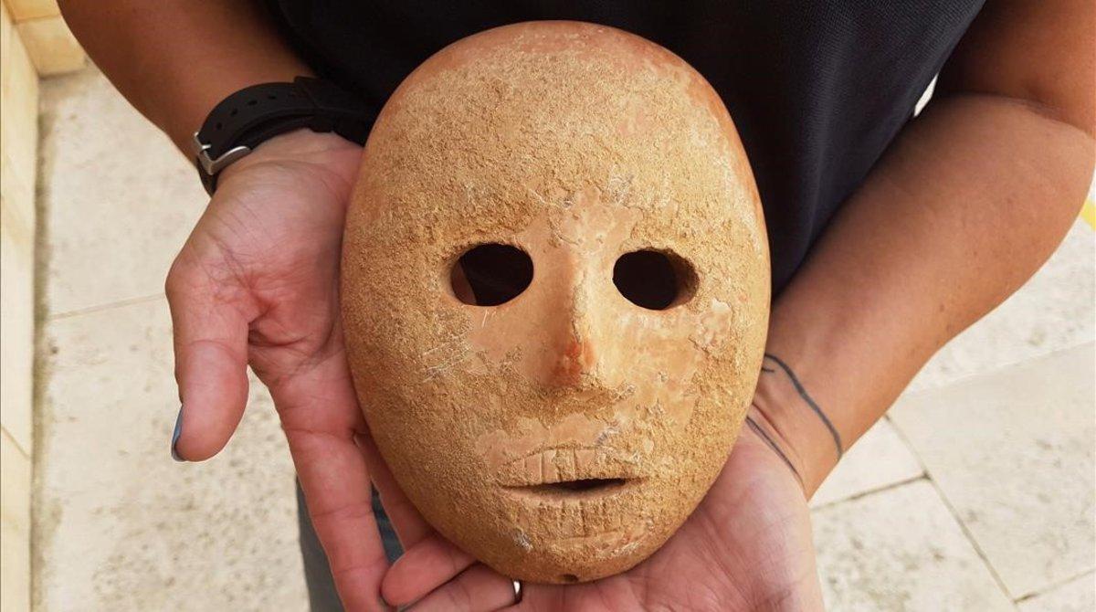 Máscara de piedra de 9.000 años hallada en Israel.