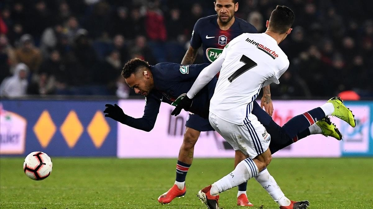 Una de las tres zancadillas de Zemsemi a Neymar durante el PSG-Estrasburgo.