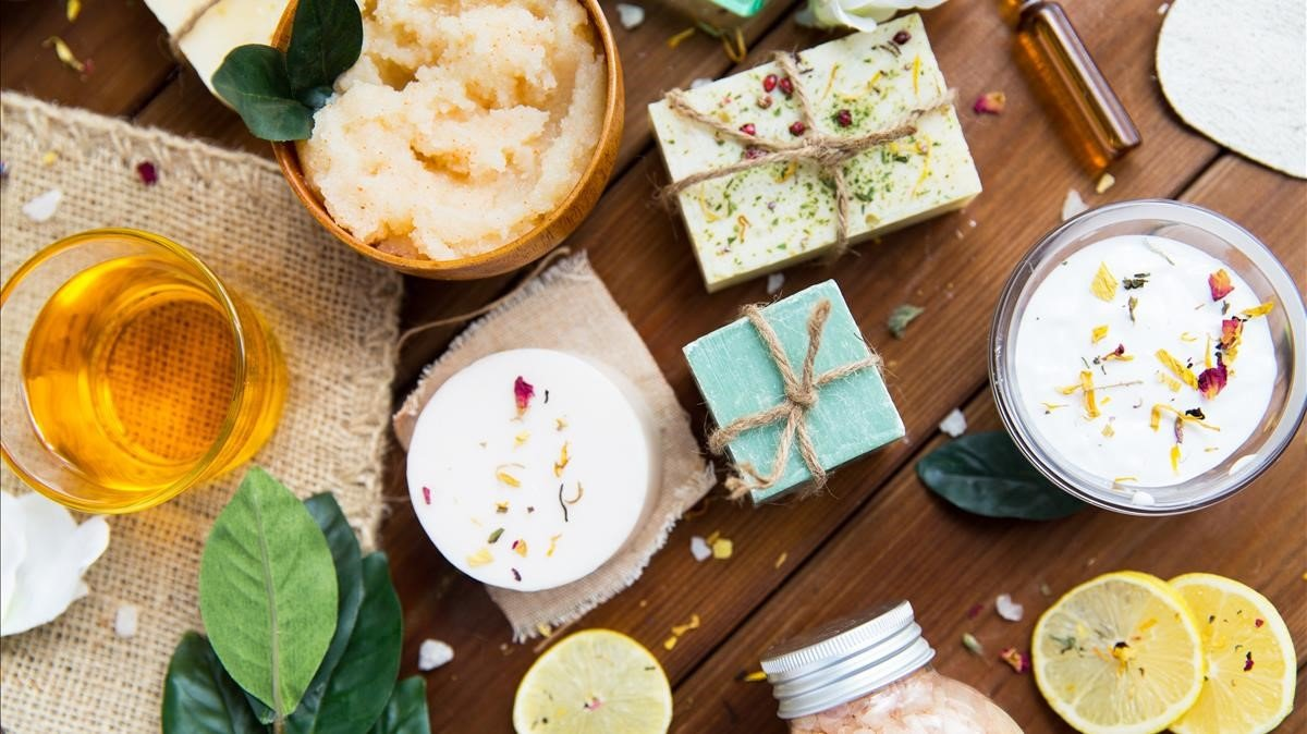 Muestra de productos cosméticos naturales para el cuidado de la piel