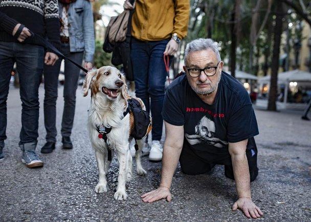 Iván Hombreperro, el personaje con el que Josep Argelaga (Barcelona, 1950), un jubilado de 68 años, recorre ambientes barceloneses desnudándose integralmente y adoptando el comportamiento de un perro sumiso.