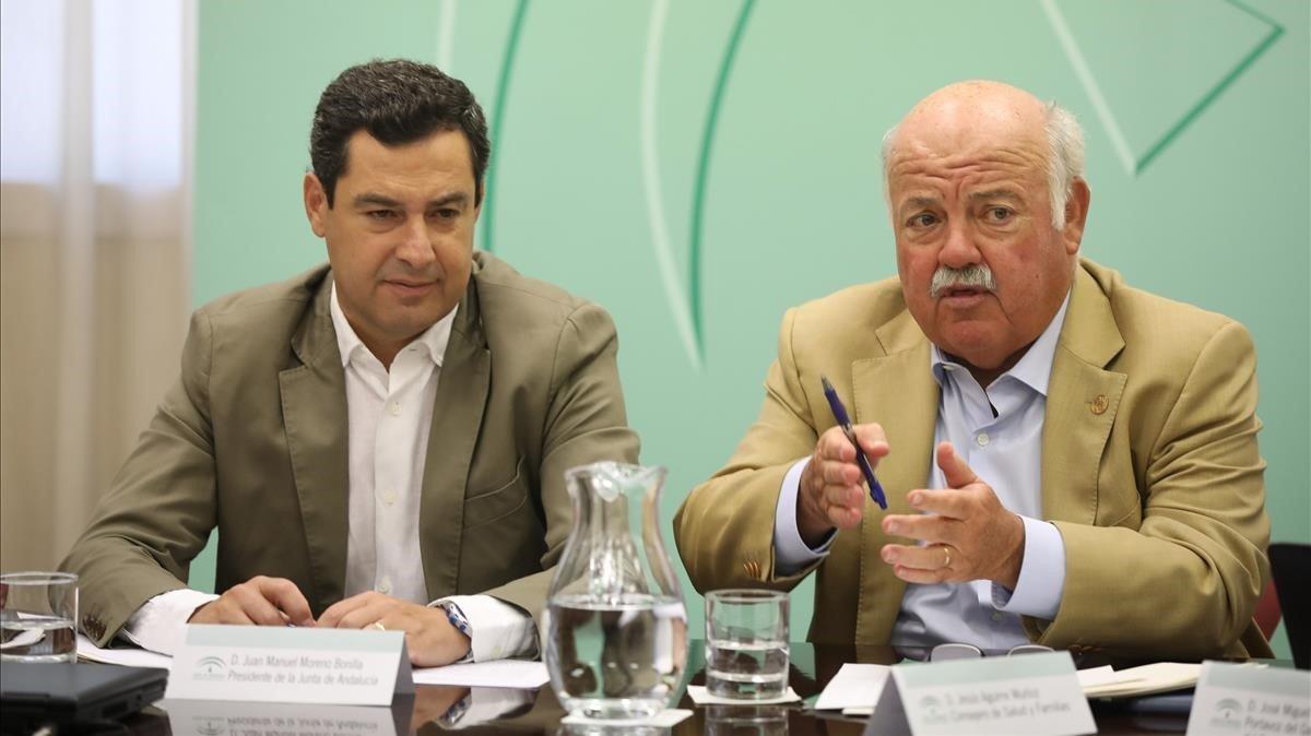 El presidente de la Junta de Andalucía, Juan Manuel Moreno Bonilla, y el consejero de Salud, Jesús Aguirre, en rueda de prensa.