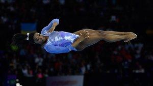 Simone Biles, durante el ejercicio sobre la barra de equilibrio que le valió un oro en Stuttgart.