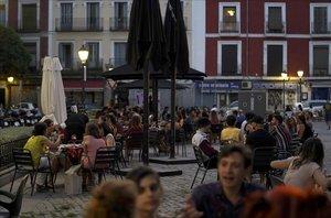 Terrazas por la noche en el barrio de La Latina en Madrid.