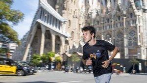 Luca Lande, el joven guía quemuestra la ciudad mientraspractica el 'running' con turistas, corre junto a la Sagrada Familia.