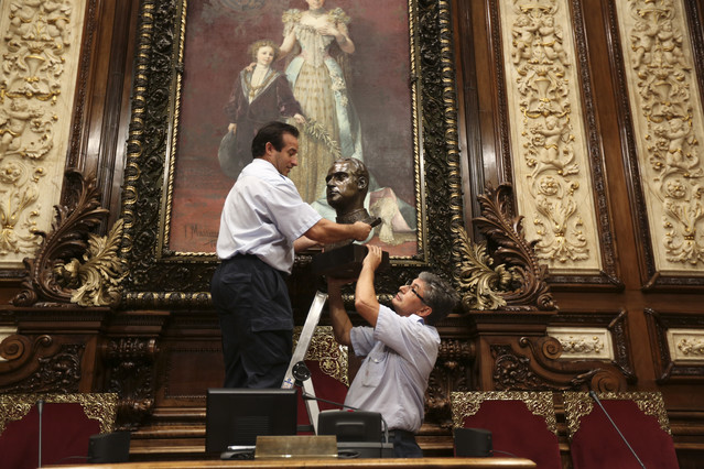 Colau retira el busto del rey Juan Carlos del Ayuntamiento de Barcelona