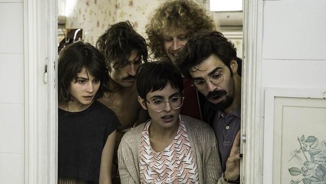 Un fotograma de 'No culpes al karma de lo que te pasa por gilipollas', con Verónica Echegui en primer plano.