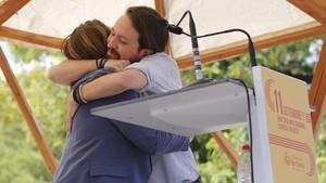 Ada Colau y Pablo Iglesias se funden en un cariñoso abrazo.