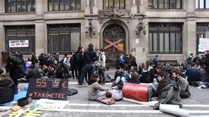 Estudiantes protestan frente a la Secretaria d Universitats i Recerca.