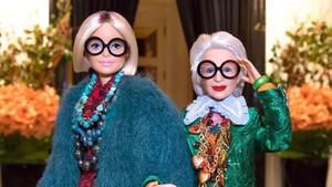 A la derecha, la Barbie de Iris Apfel