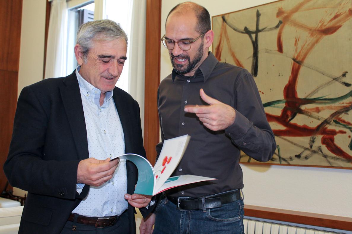 Lalcalde de Sabadell, Maties Serracant, i lalcalde de Terrassa, Alfredo Vega, durant la seva primera reunióoficial.
