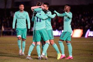 Los jugadores del Madrid celebran con Bale el primer gol ante Unionistas en la Copa.