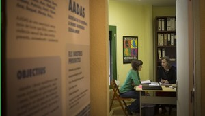 Violeta García (de verde) y Glòria Escudero, psicóloga y coordinadora de la Associació dAssistència a Dones Agredides Sexualment (AADAS), en la sede de la entidad, enBarcelona.