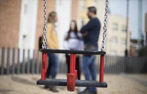 Unos padres con su hija, que denunció bullying.