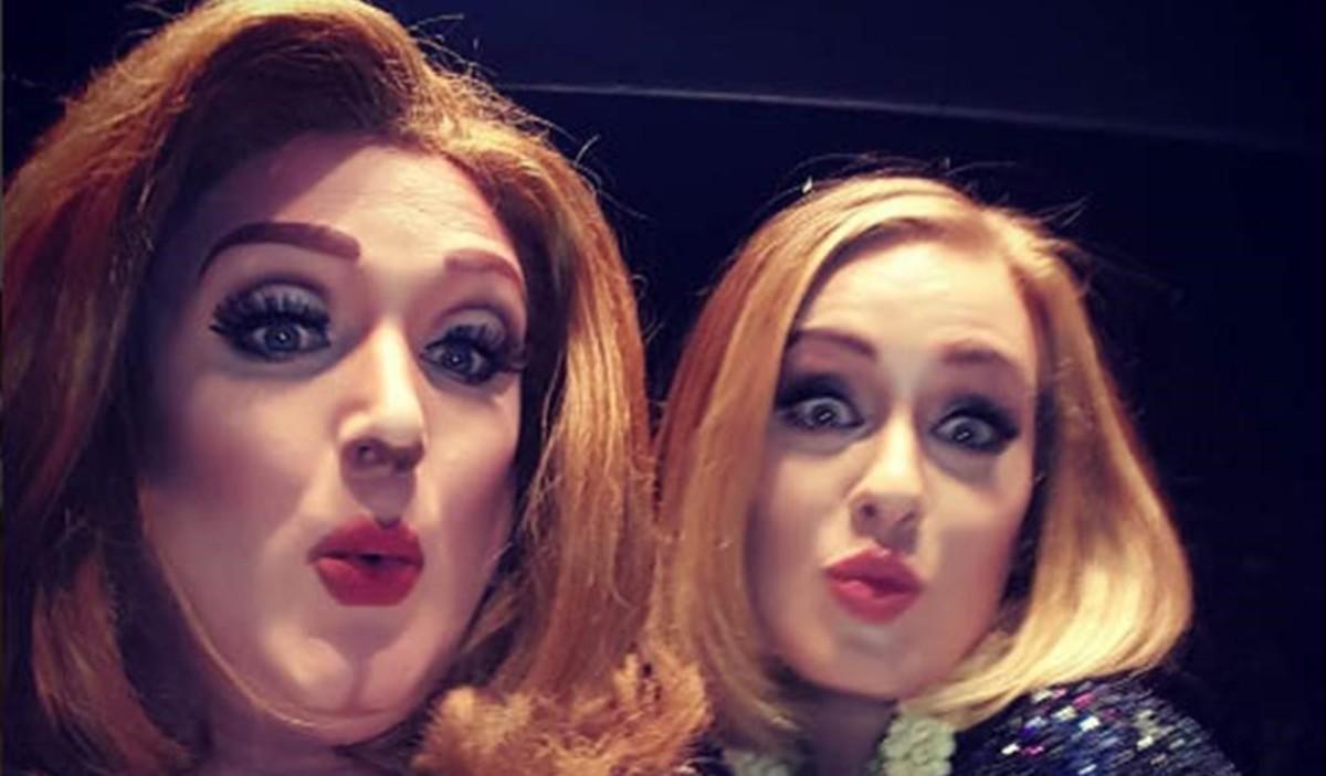 Selfide Adele con Kristopher Zello, su doble 'drag queen'.