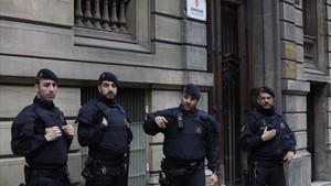 Agentes de los Mossos custodiando la entrada a Òmnium.