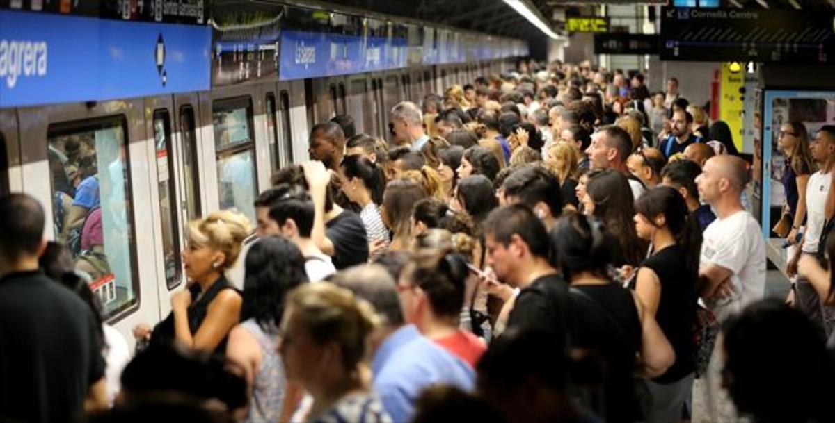 Aglomeración de viajeros en la estación de la Sagrera durante una jornada de huelga del metro.
