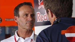 Alberto Puig, 'team manager' del equipo Repsol Honda, dialoga con uno de sus colaboradore